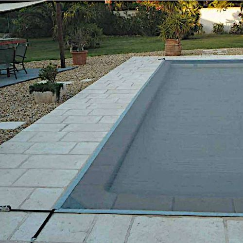 Filet pour protéger la piscine des saletés durant l'hiver